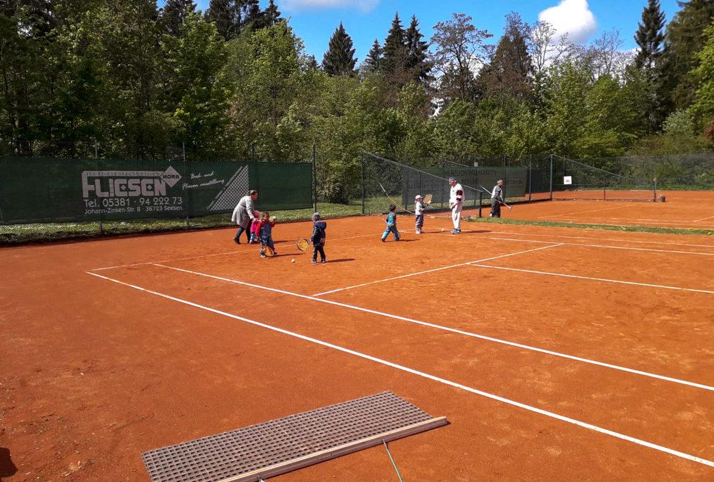 Gruppe junger Kids besuchen Traing der Tennisoldies des TC Seesen